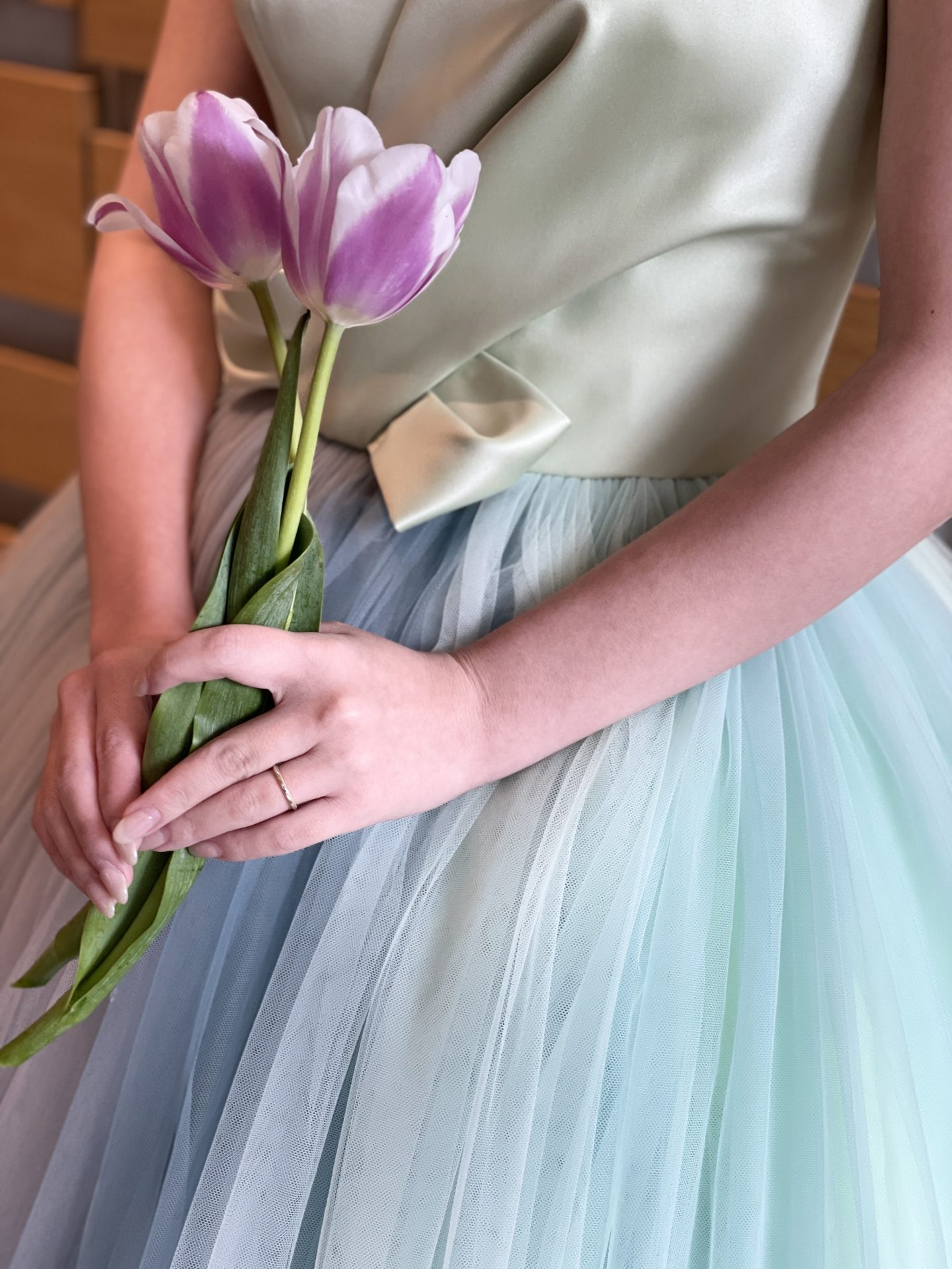 ザ・トリートドレッシングの緑のカラードレスに合わせた白と紫のチューリップのブーケ