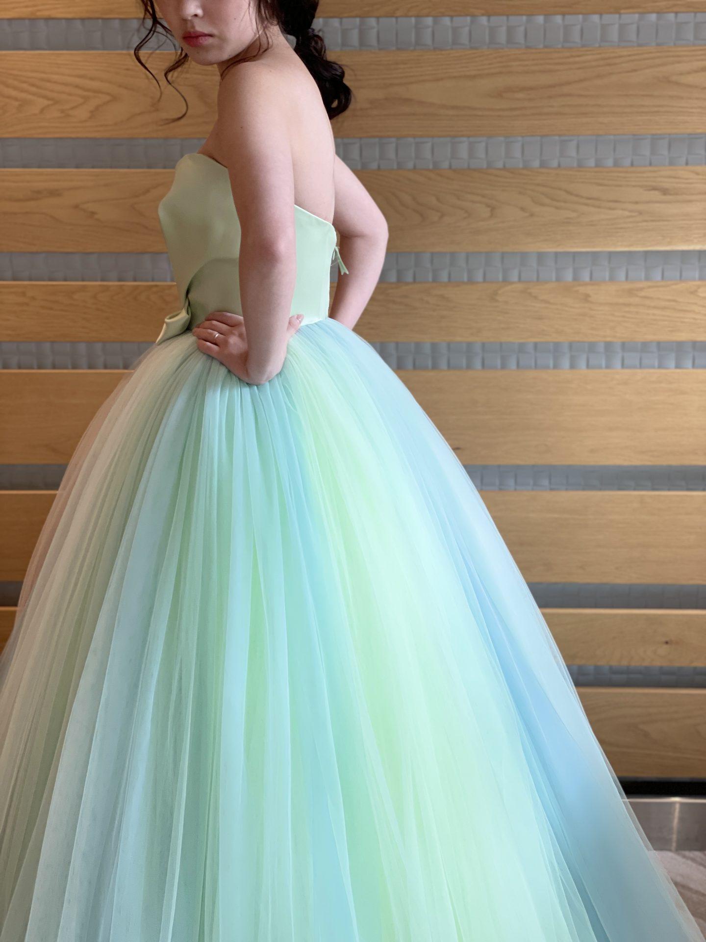 ザ・トリートドレッシングのプリンセスラインのカラードレスをお色直しでお召になる花嫁様