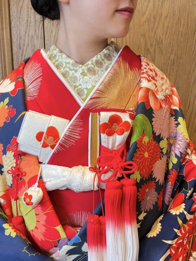 ザ・トリートドレッシング名古屋店でおすすめの紺色の色打掛と赤の掛下のモダンなコーディネート