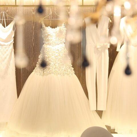 ヴィクター&ロルフ・マリアージュの白いウェディングドレスが何着も飾られた店内
