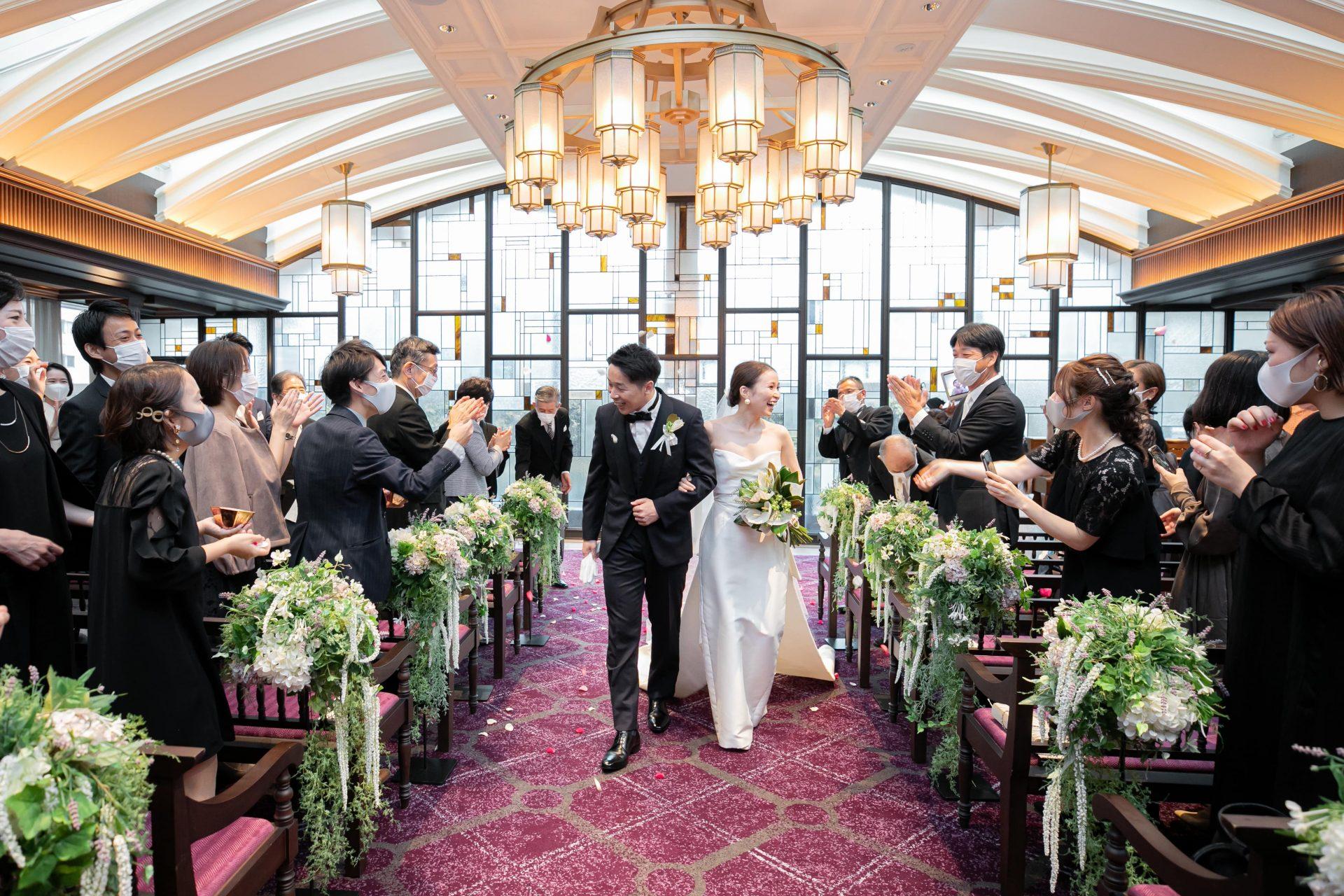 ザ・コンダーハウスのステンドグラスが素敵なチャペルでお召しいただきたいMonique Lhuillierのスレンダーラインのサテンのウェディングドレス