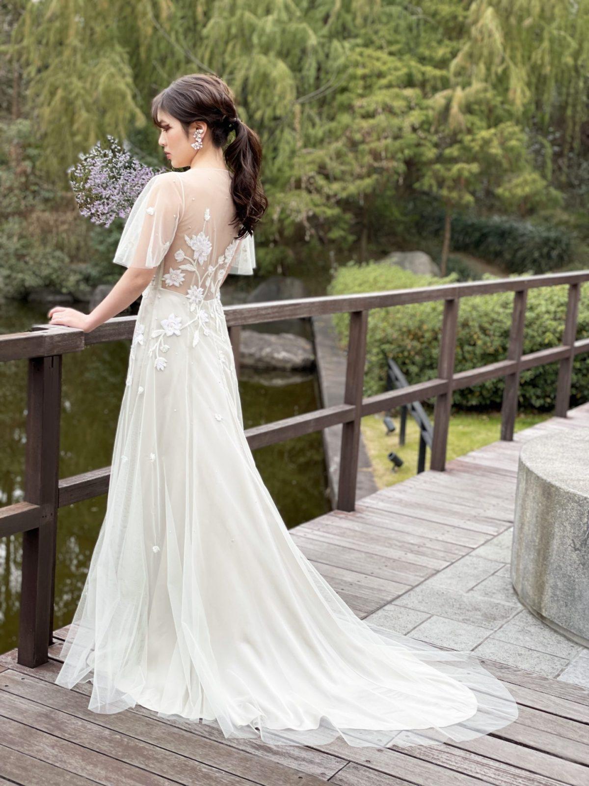 関西のナチュラルな結婚式会場におすすめしたいフラワーモチーフが美しいくすみグリーンのカラードレス