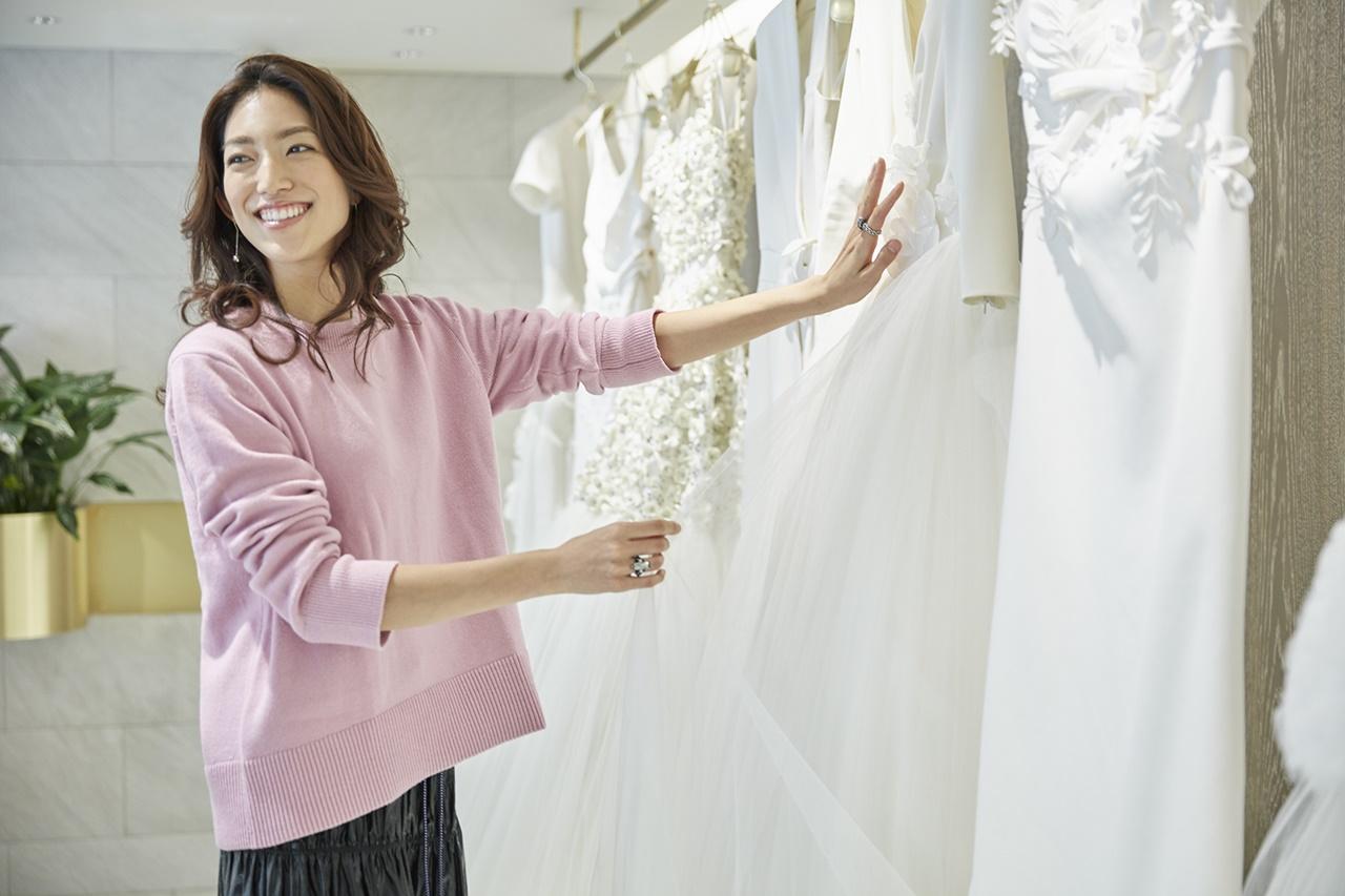 ヴィクター&ロルフ・マリアージュのウェディングドレスに触れる望月芹名さん