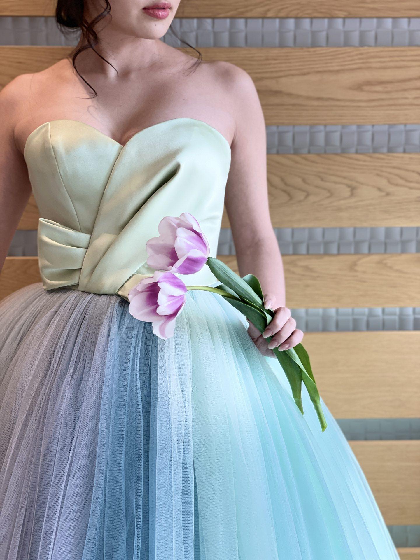 大阪の人気の結婚式会場の鶴見ノ森迎賓館のひだまりの森でグラデーションのザ・トリートドレッシングのカラードレスをお召になる花嫁様