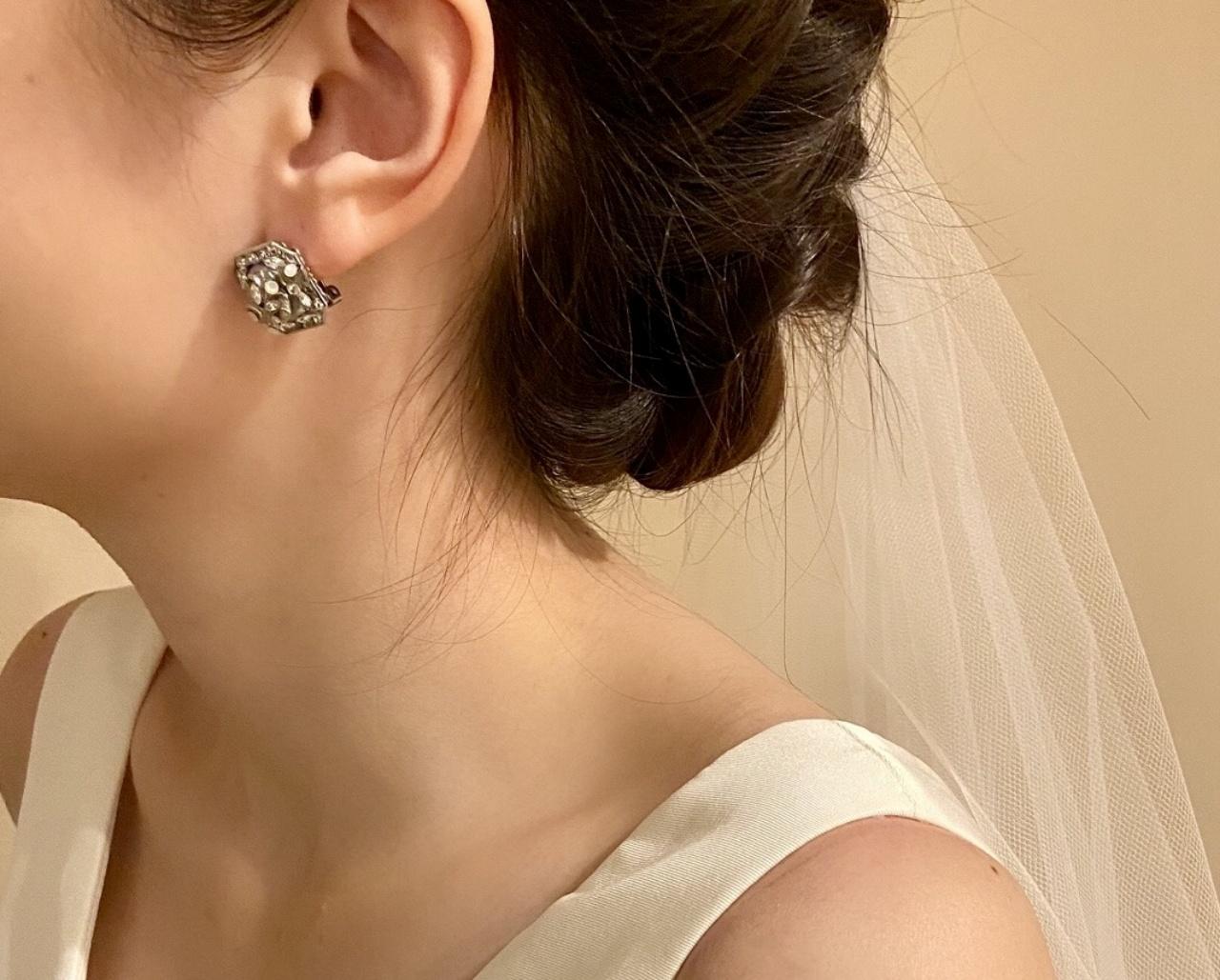 挙式のシーンでは、華奢なイヤリングを合わせてクラシカルで品のあるコーディネートがおすすめ