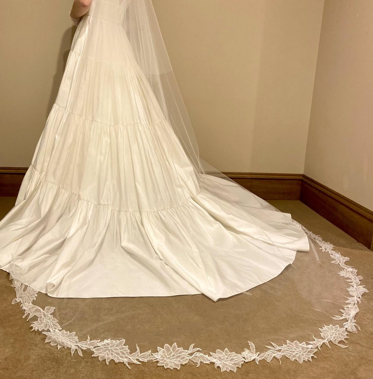 ティアードのデザインが華やかでロマンティックな、アムサーラのレンタルウェディングドレス