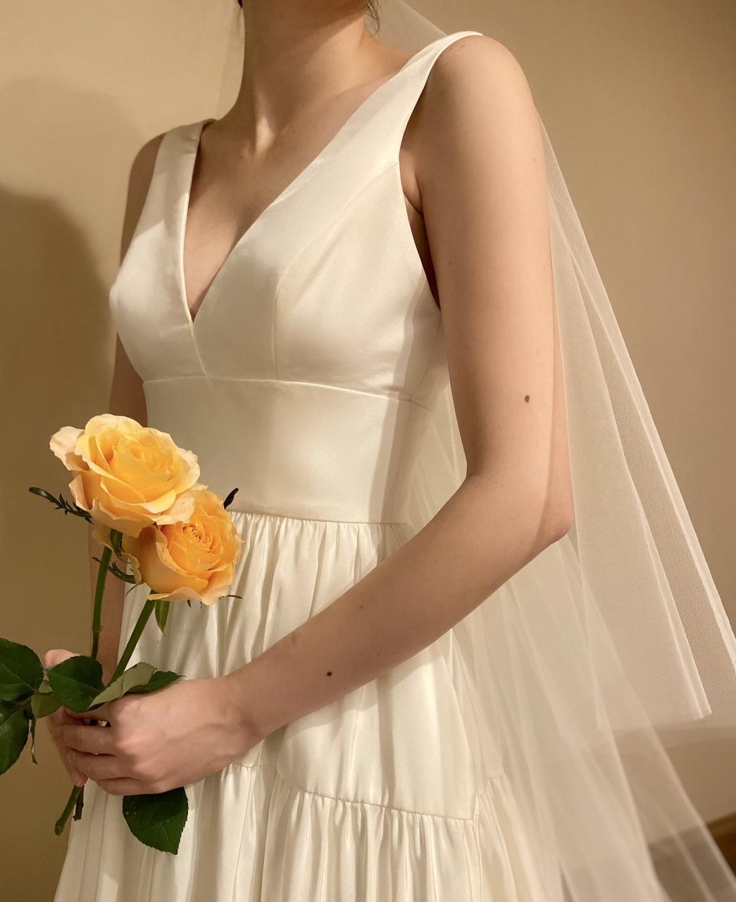 Vカットの胸元がデコルテをすっきりとスタイルアップしてくれるAラインの肩付きウェディングドレス