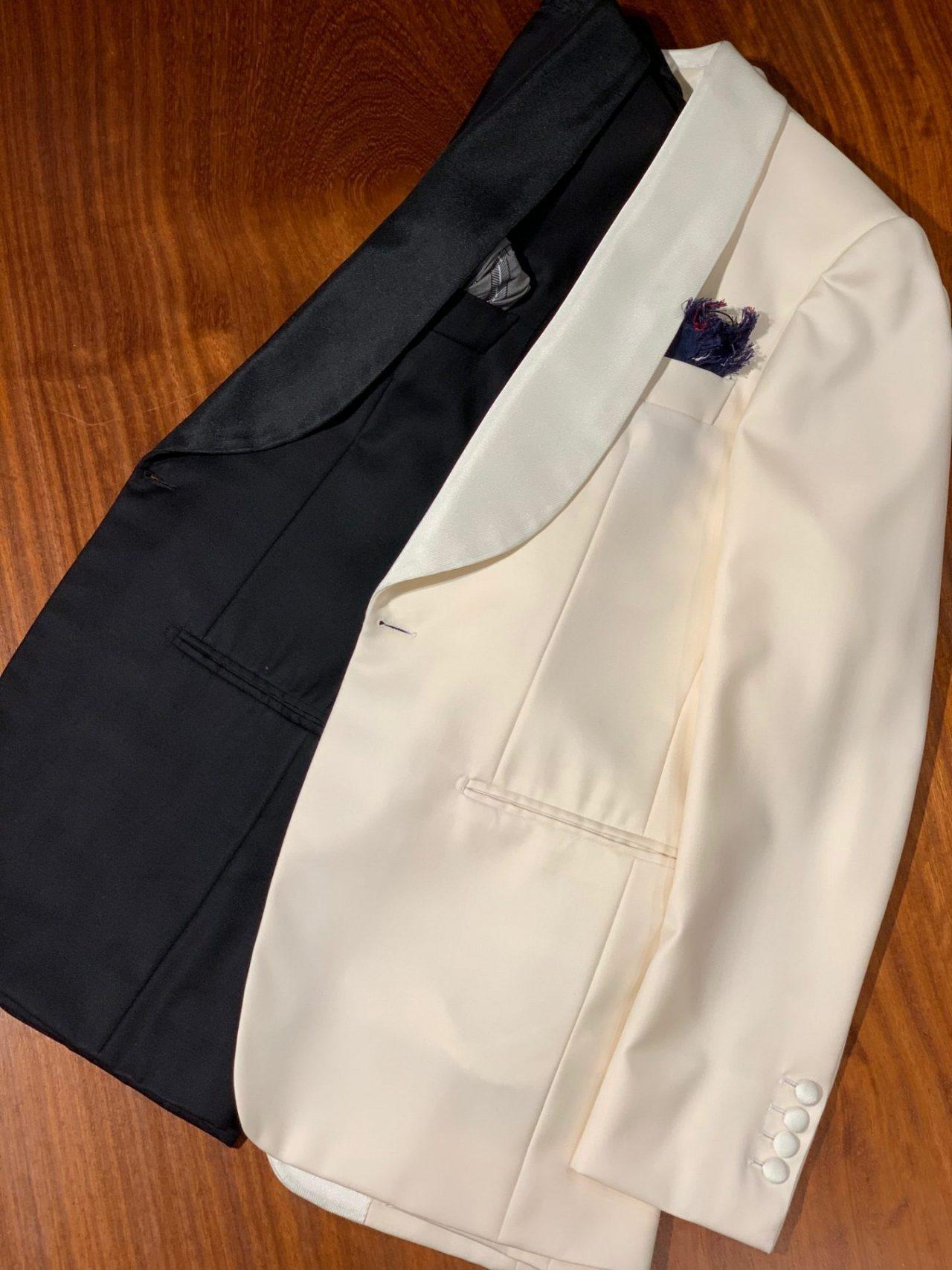 挙式・披露宴でブラックタキシードからホワイトジャケットへの羽織り変えると、余裕のある男性の雰囲気を演出します。