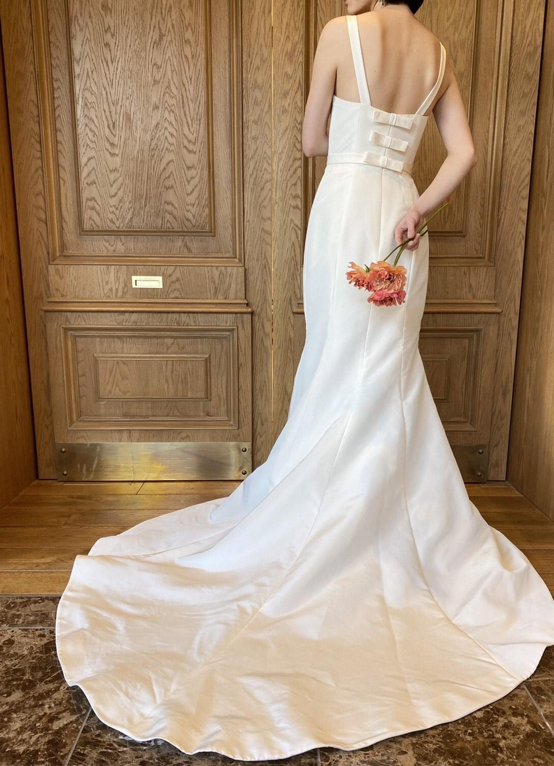 アムサーラのマーメイドラインファイユの素材が軽やかなウェディングドレス