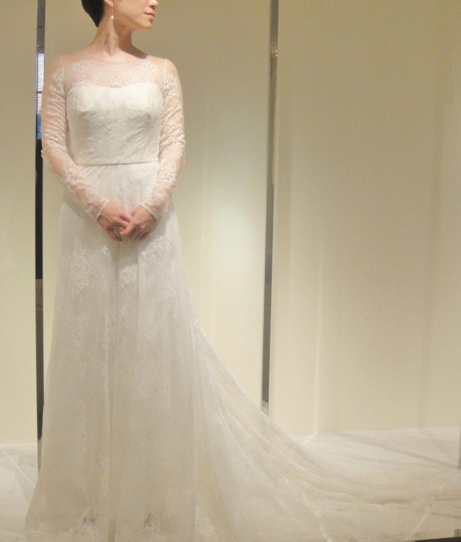 バーニーズニューヨーク横浜店らしい上品な長袖デザインのファッショナブルなレンタルウェディングドレス
