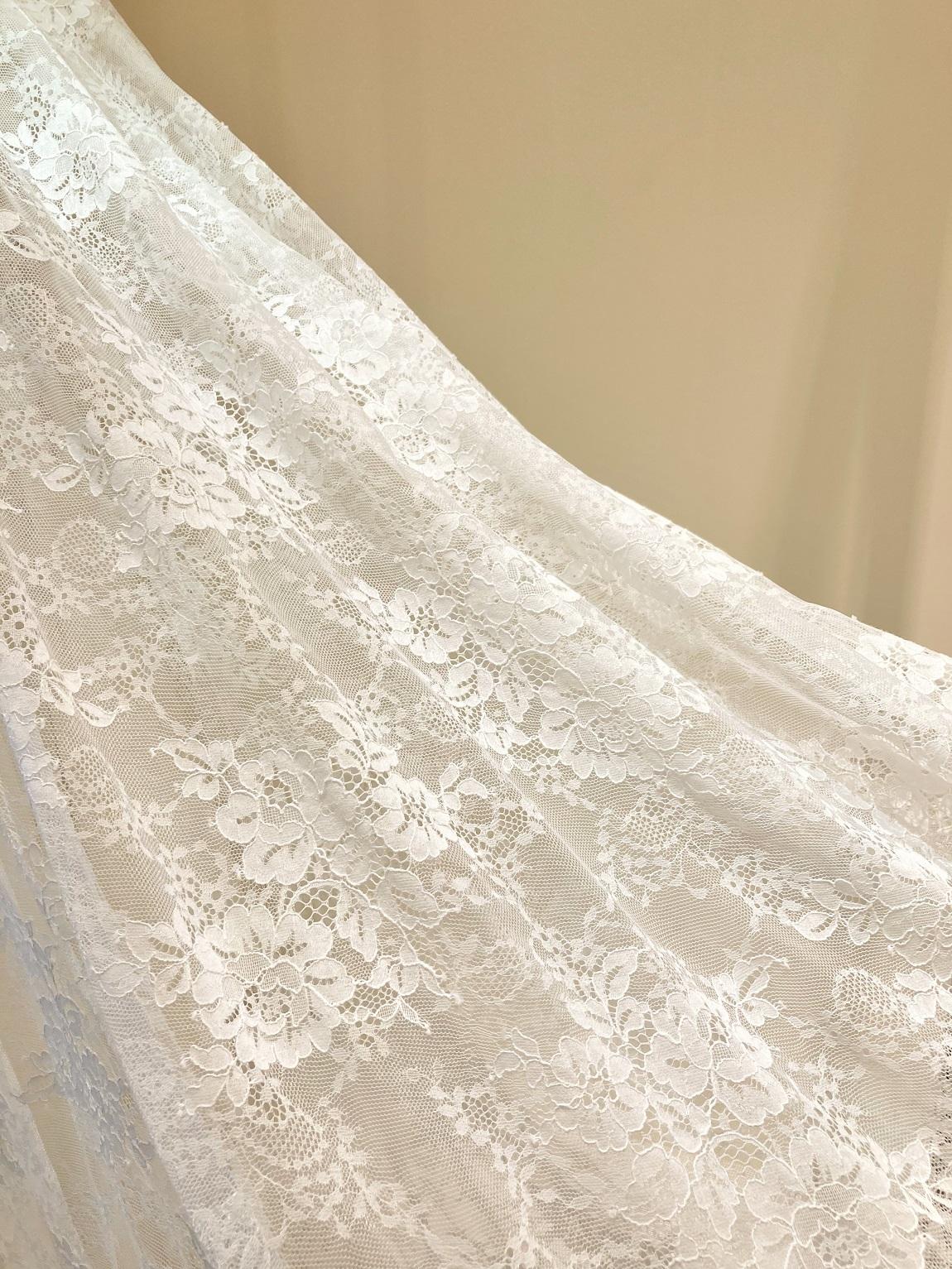 リバーレースが美しいインポートレンタルウェディングドレスで可憐な印象に