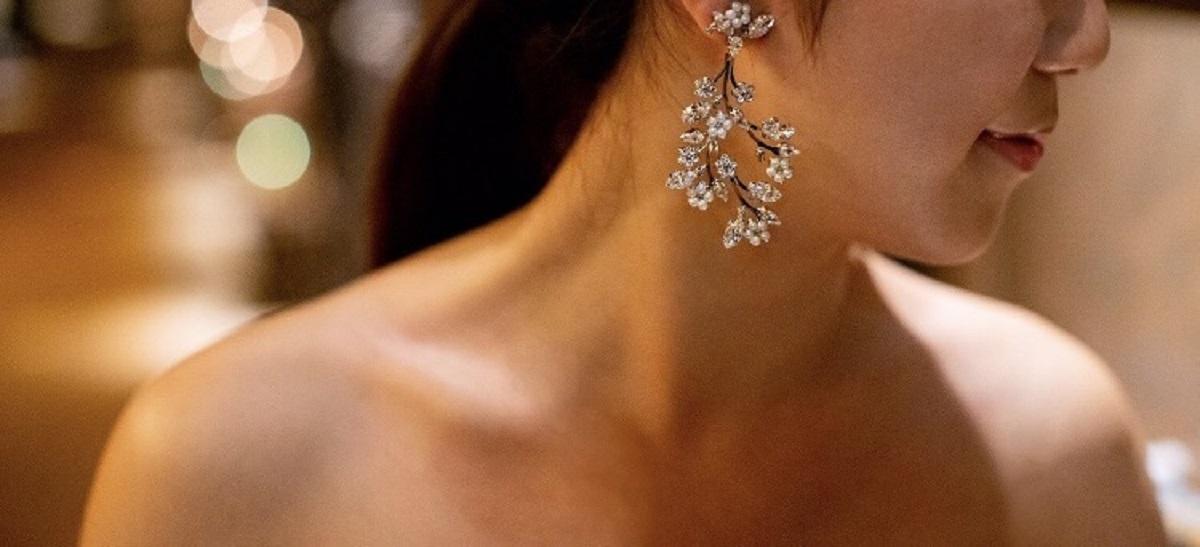 マリア・エレナの大ぶりのイヤリングは耳元で揺れてコーディネートのアクセントに
