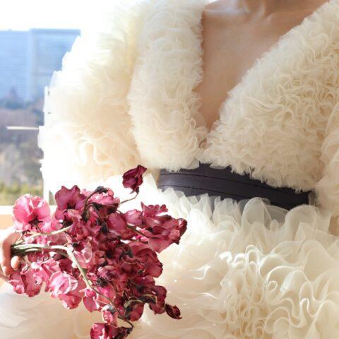 東京の人気ドレスショップであるザトリートドレッシングアディション店からおススメしたい新作のウェディングドレスは、胸元のVネックのエレガントさと繊細で細やかなフリルの愛らしさが兼ね備わった大人可愛いドレスを求める花嫁様におススメしたい一着です
