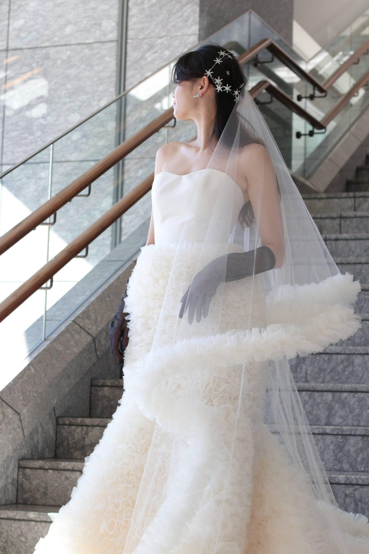 シンプルなマーメイドラインのウェディングドレスにあわせた、NYの人気アクセサリーブランドであるジェニファーベアから入荷した星モチーフの大振りなヘッドアクセサリーが、花嫁様をより華やかに引き立てます