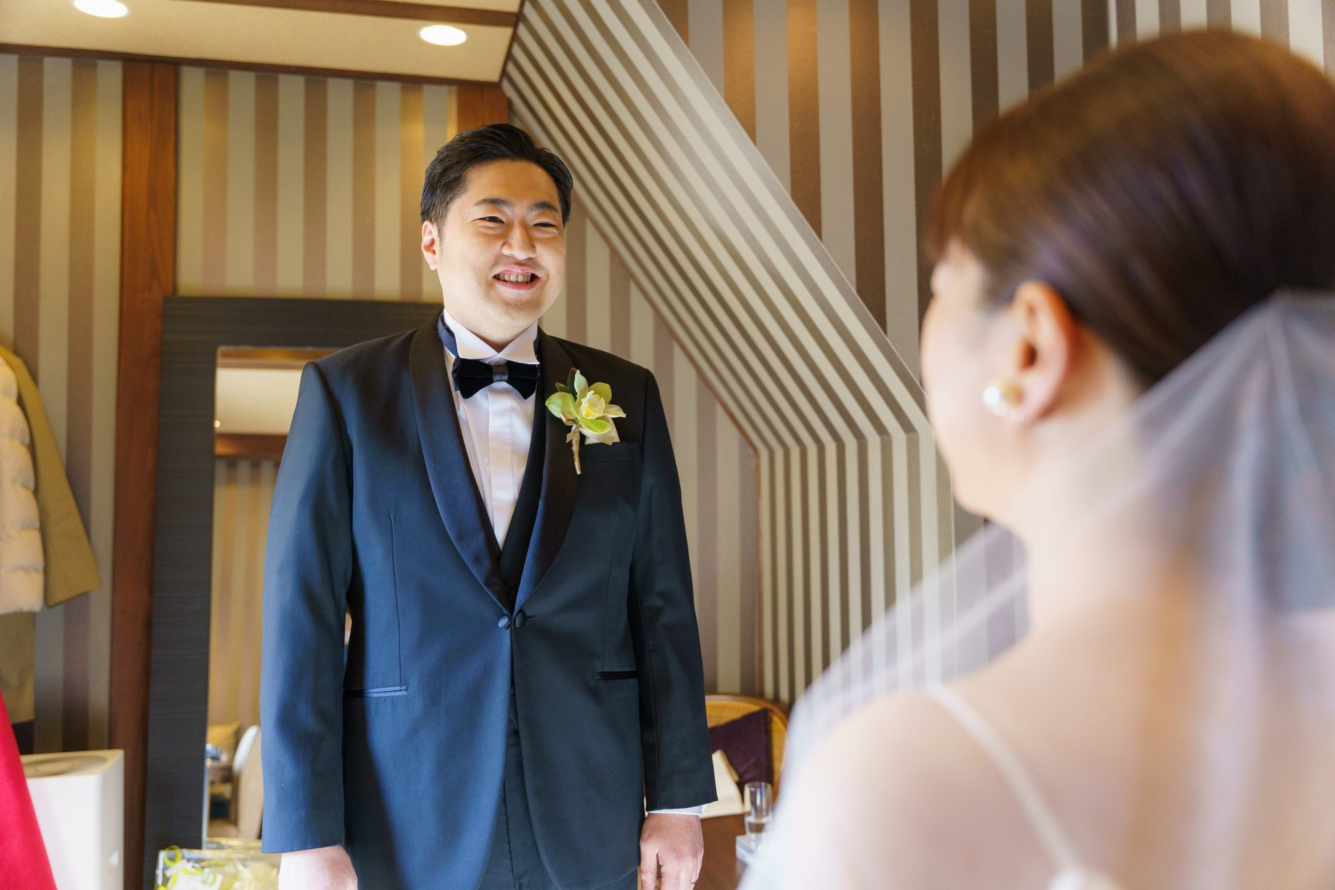 藤屋御本陳のブライズルームでファーストミートを行いご新婦様のウェディングドレス姿の美しさにはにかむご新郎様