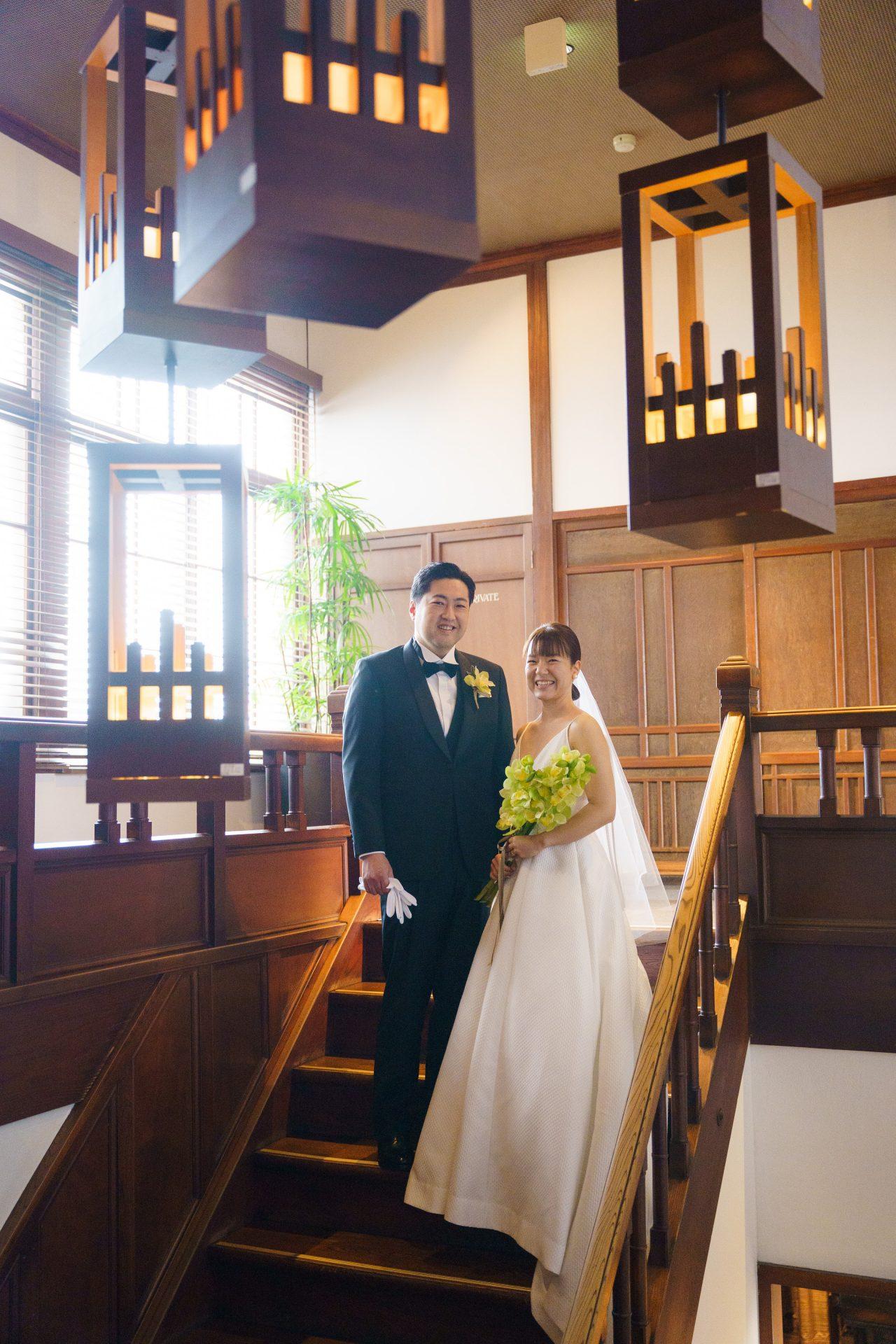 藤屋御本陳のX階段でTHE TREAT DRESSINGのレラローズのウェディングドレスを身に纏うご新婦様