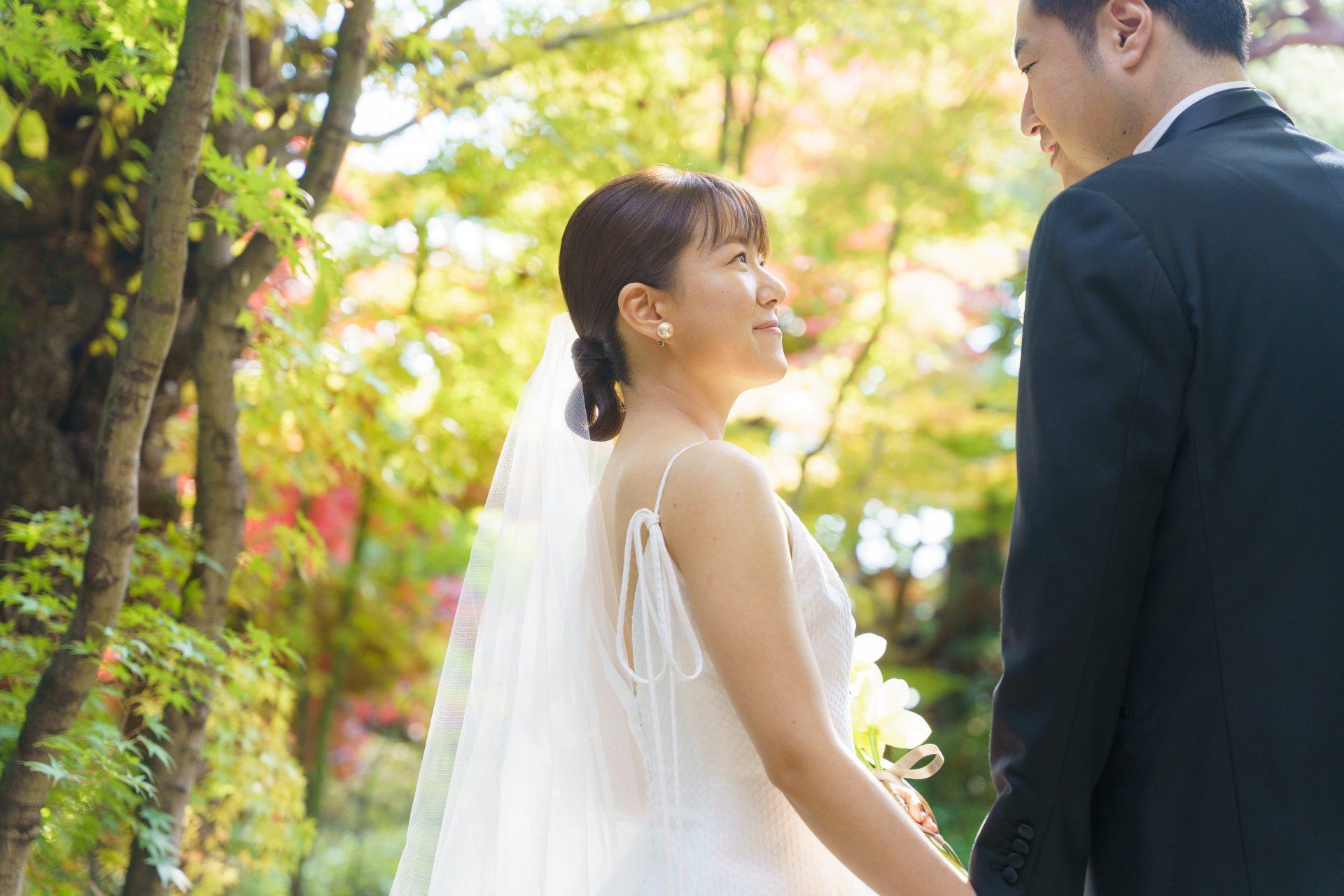 洗練されたデザインで人気のレラローズのAラインのウェディングドレスに合わせミニマルなコーディネートを選ばれたご新婦様