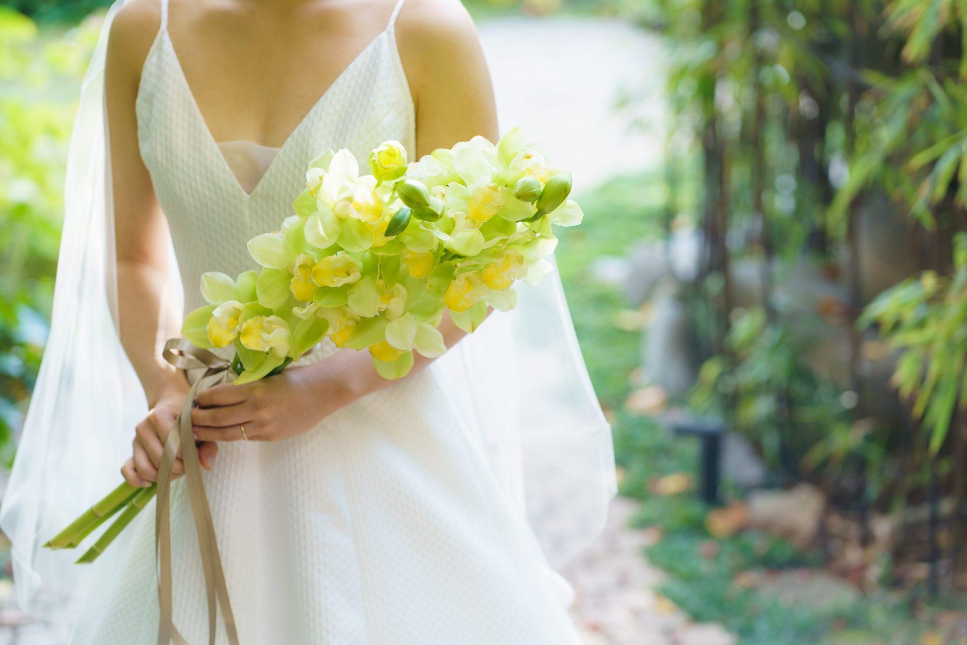 シンプルなAラインのウェディングドレスにマッチするフレッシュなグリーンのブーケを合わせたご新婦様