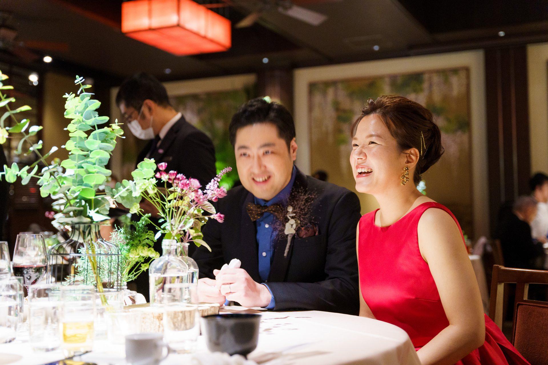 THE TREAT DRESSINGで人気の赤いカラードレスを身に纏いゲストと楽しい時間を過ごすご新婦様