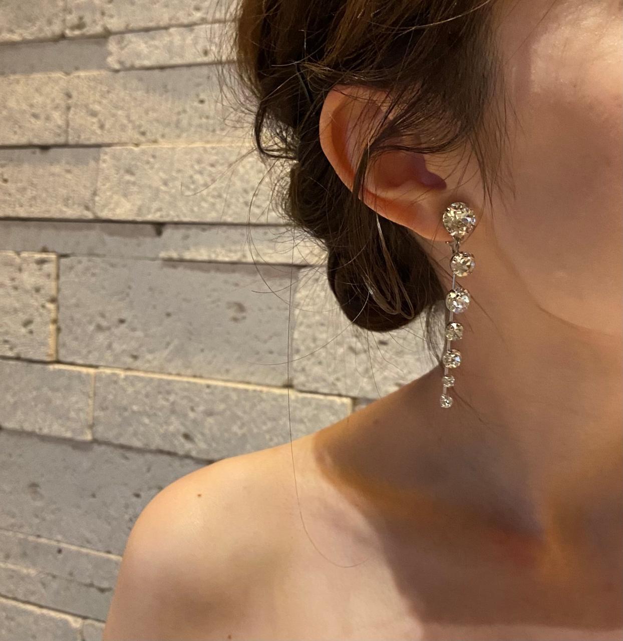 洗練された煌びやかなジェニファー・ベアのイヤリングは顔周りを華やかに仕上げます