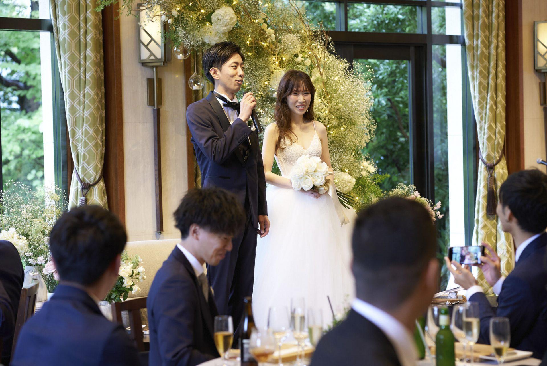 関西の木に囲まれた結婚式場でのウェディングドレスのコーディネート
