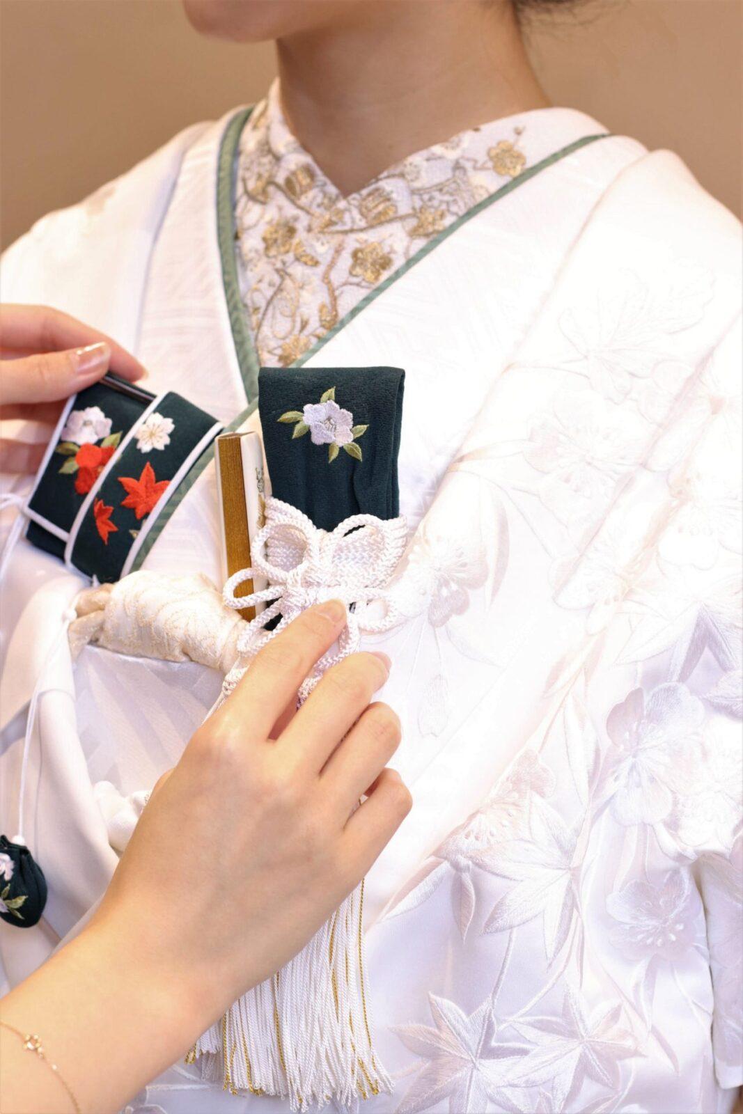 少人数の結婚式で更に人気を増している白無垢は合わせる小物によって印象が変わります。