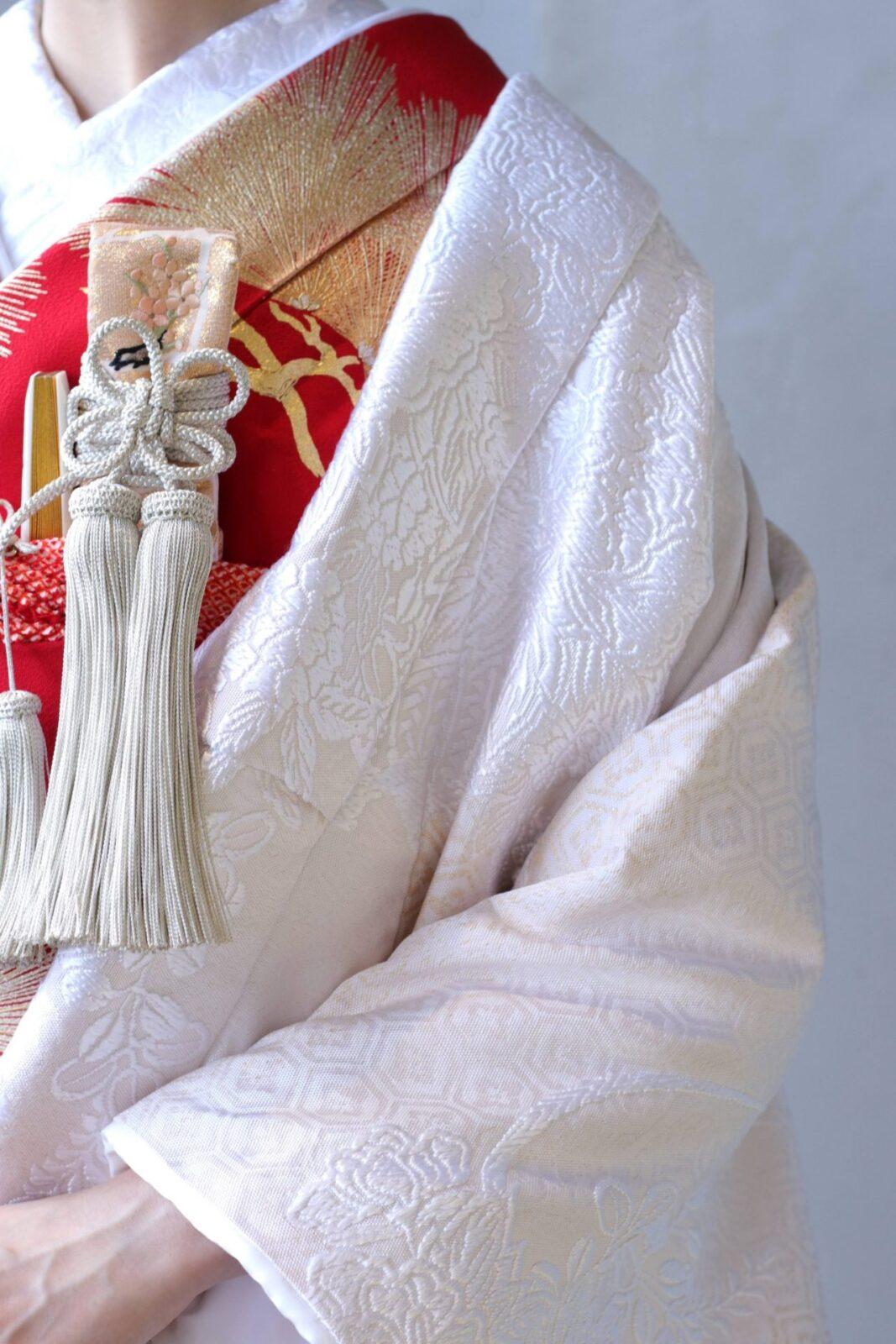アットホームな結婚式では、白無垢に赤の掛下と金とピンクの小物を合わせると優しい印象になります。