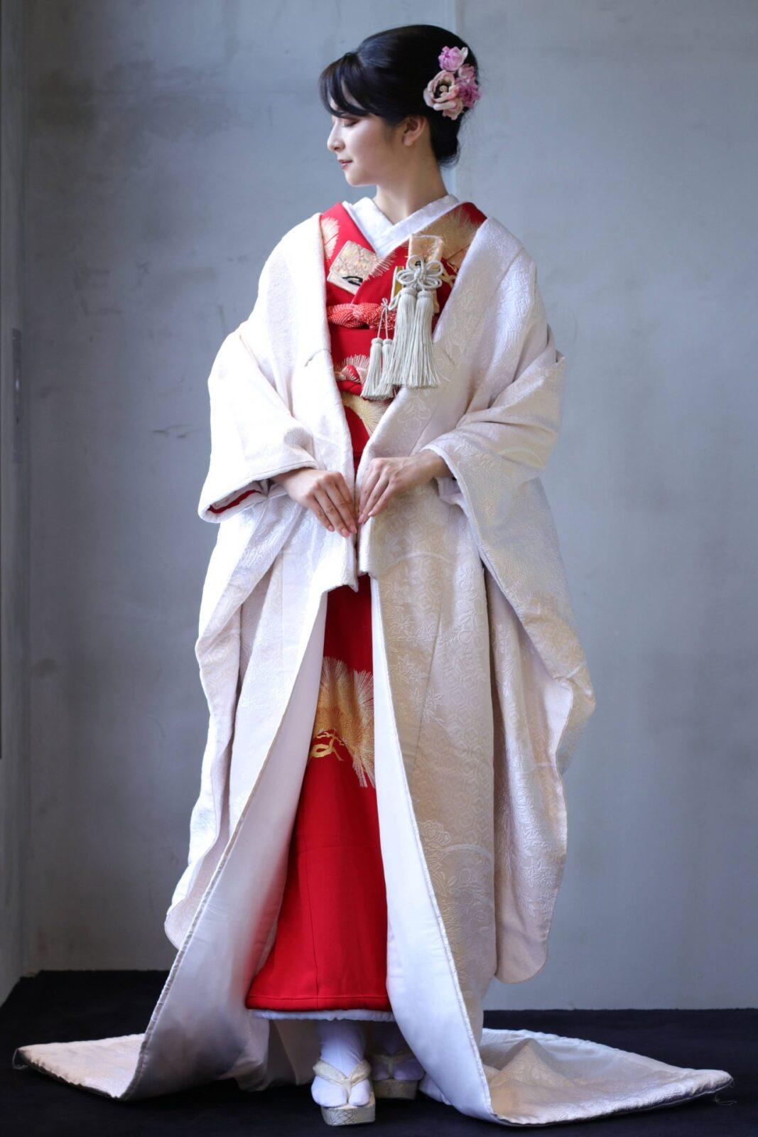 白無垢に赤の掛下を合わせると古典的ながらも他の花嫁と被らないモダンさのあるコーディネートが完成します。