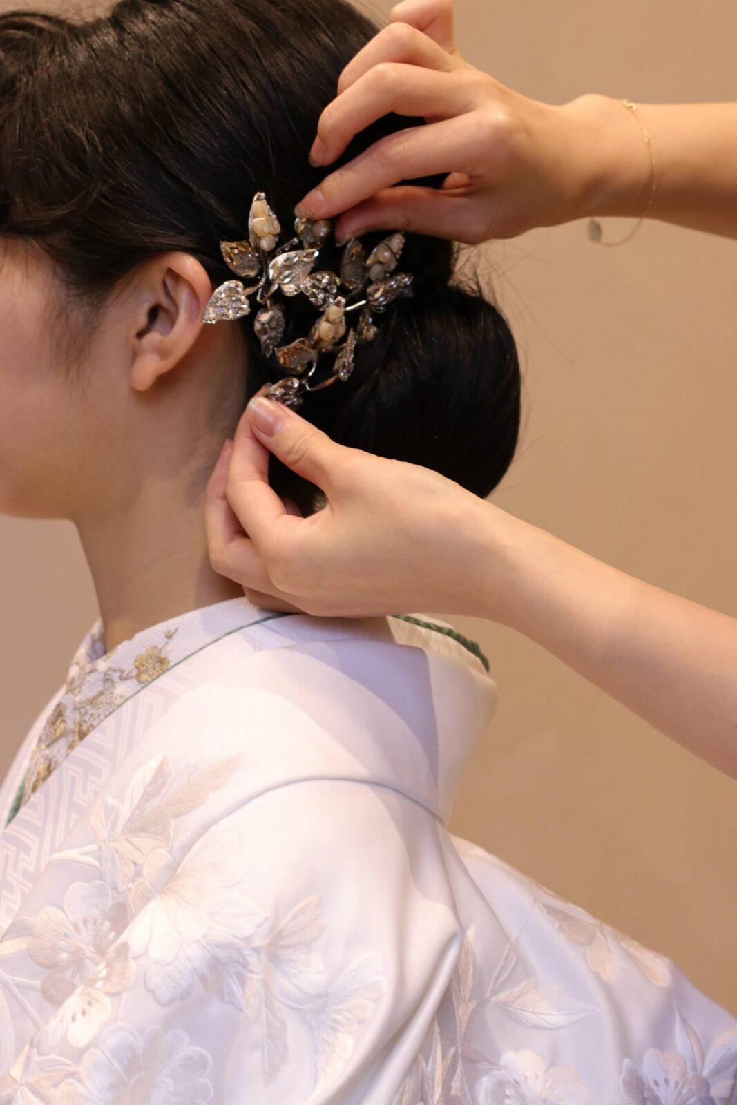 白無垢にシルバーのヘッドパーツと半襟を合わせると、凛としたモダンな印象になります。