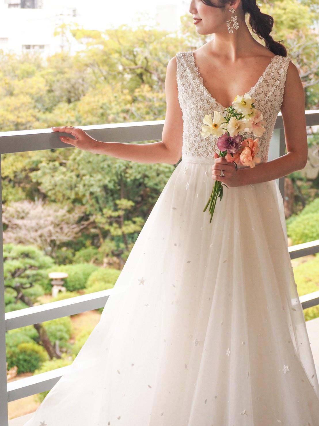 THE TREAT DRESSING神戸店が相楽園の結婚式におすすめするリーム・アクラのフラワービジューがちりばめられたVネックのウェディングドレスのご紹介
