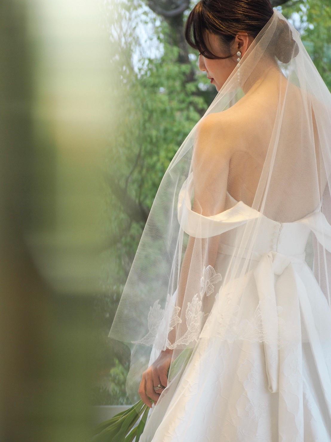 THE TREAT DRESSING神戸店がおすすめするキャロリーナ・ヘレラのオフショルダーウェディングドレスとトリートオリジナルベールを合わせたエレガントなコーディネート