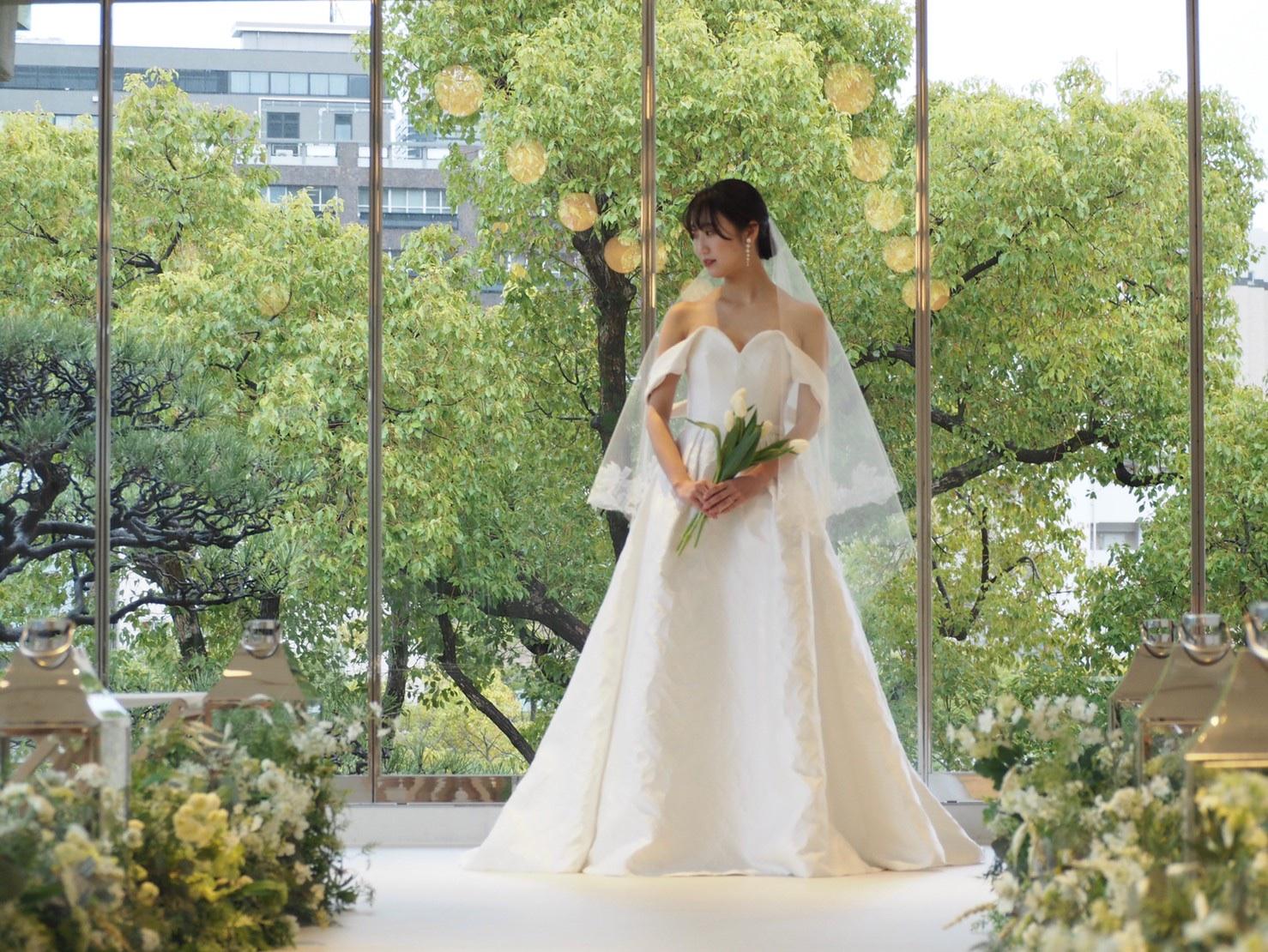 THE TREAT DRESSING神戸店にてお取り扱いのある相楽園のチャペルにぴったりなキャロリーナ・ヘレラのオフショルダーウェディングドレス