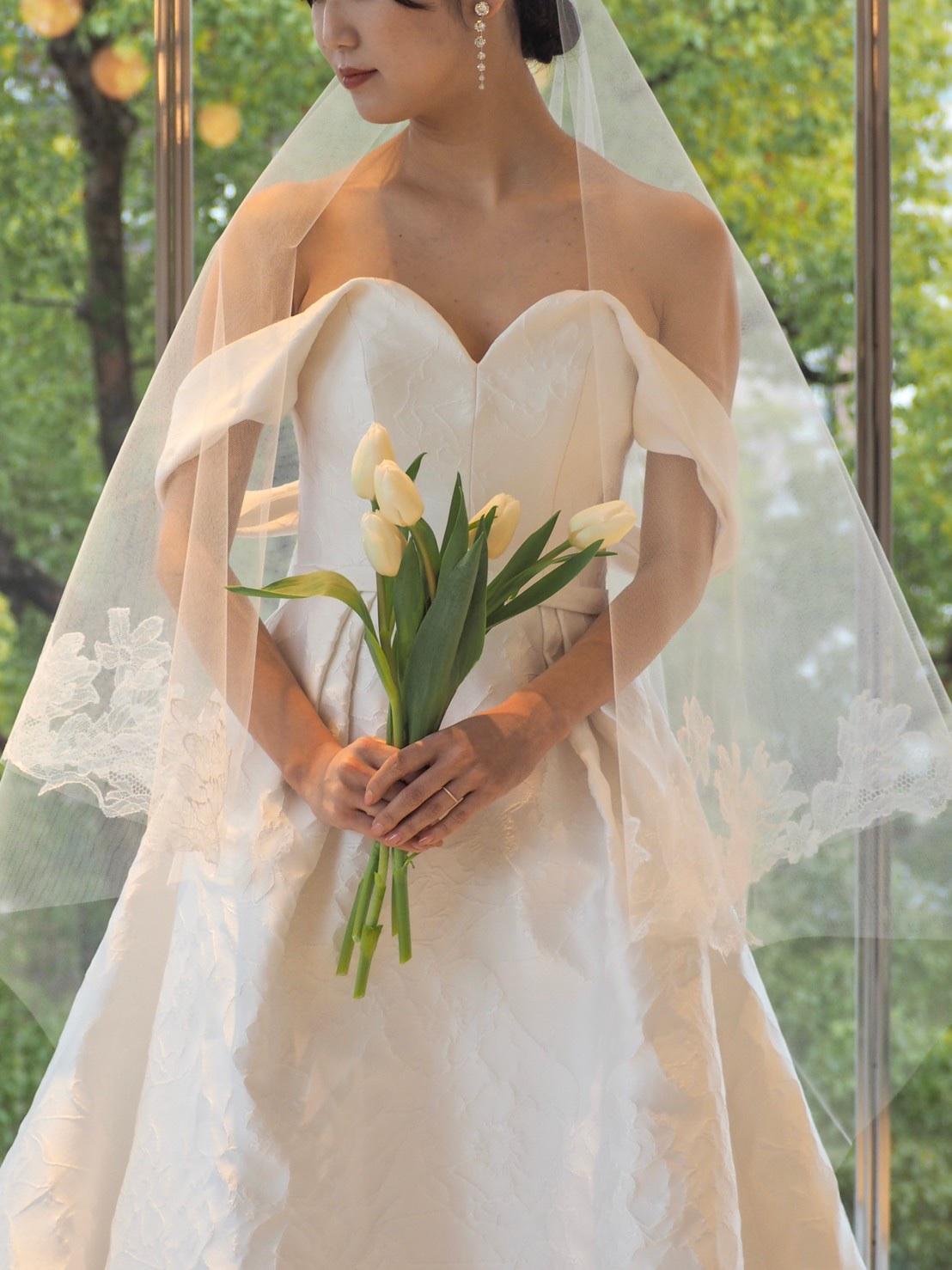 THE TREAT DRESSING神戸店にてお取り扱いのあるデコルテが美しいキャロリーナ・ヘレラのオフショルダーウェディングドレスとコーディネートのご紹介