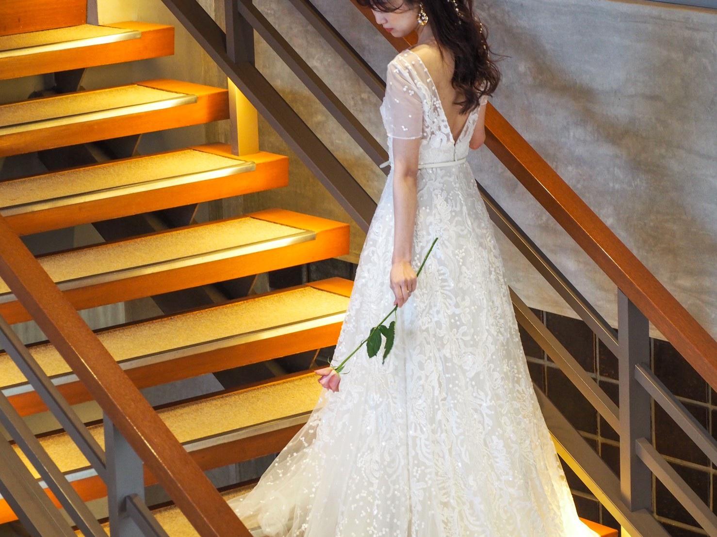 ザトリートドレッシング神戸店にてお取り扱いのある相楽園におすすめの刺繍が美しいエリーサーブブライドのウェディングドレスのご紹介