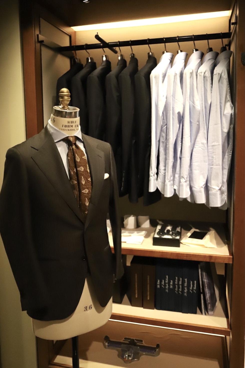 昨年10月に誕生した「THE G`S HIDEOUT.」。トリートドレッシングから生まれた新レーベルです。オーダースーツ・オーダーシャツ・ネクタイとお客様のビジネスシーンで使用いただけるウェアと小物を取り扱っております。