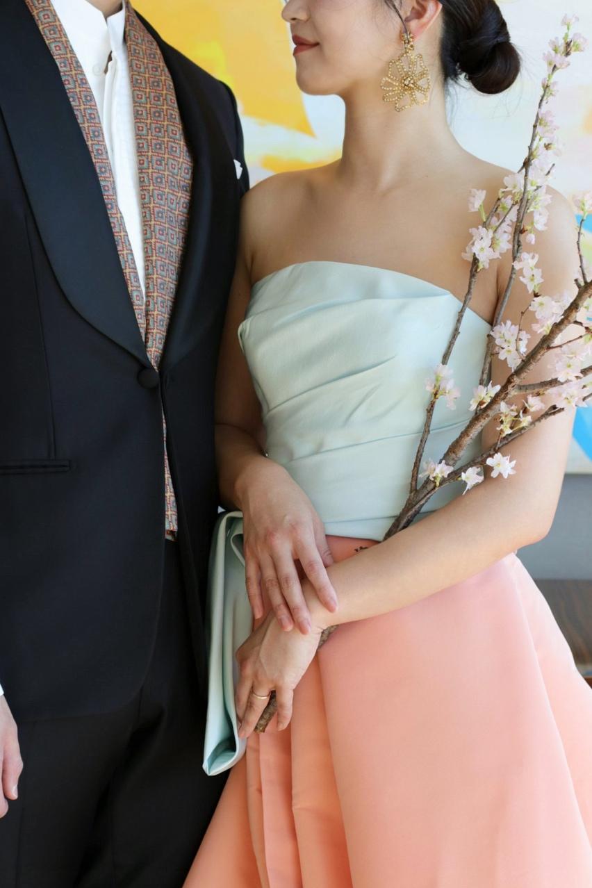 暖かな雰囲気が素敵な春夏のお式をあげられる新郎新婦様におすすめしたいのは、爽やかなパステルカラーのドレスと、お洒落なインポートのストールを合わせたフォーマルなタキシードです