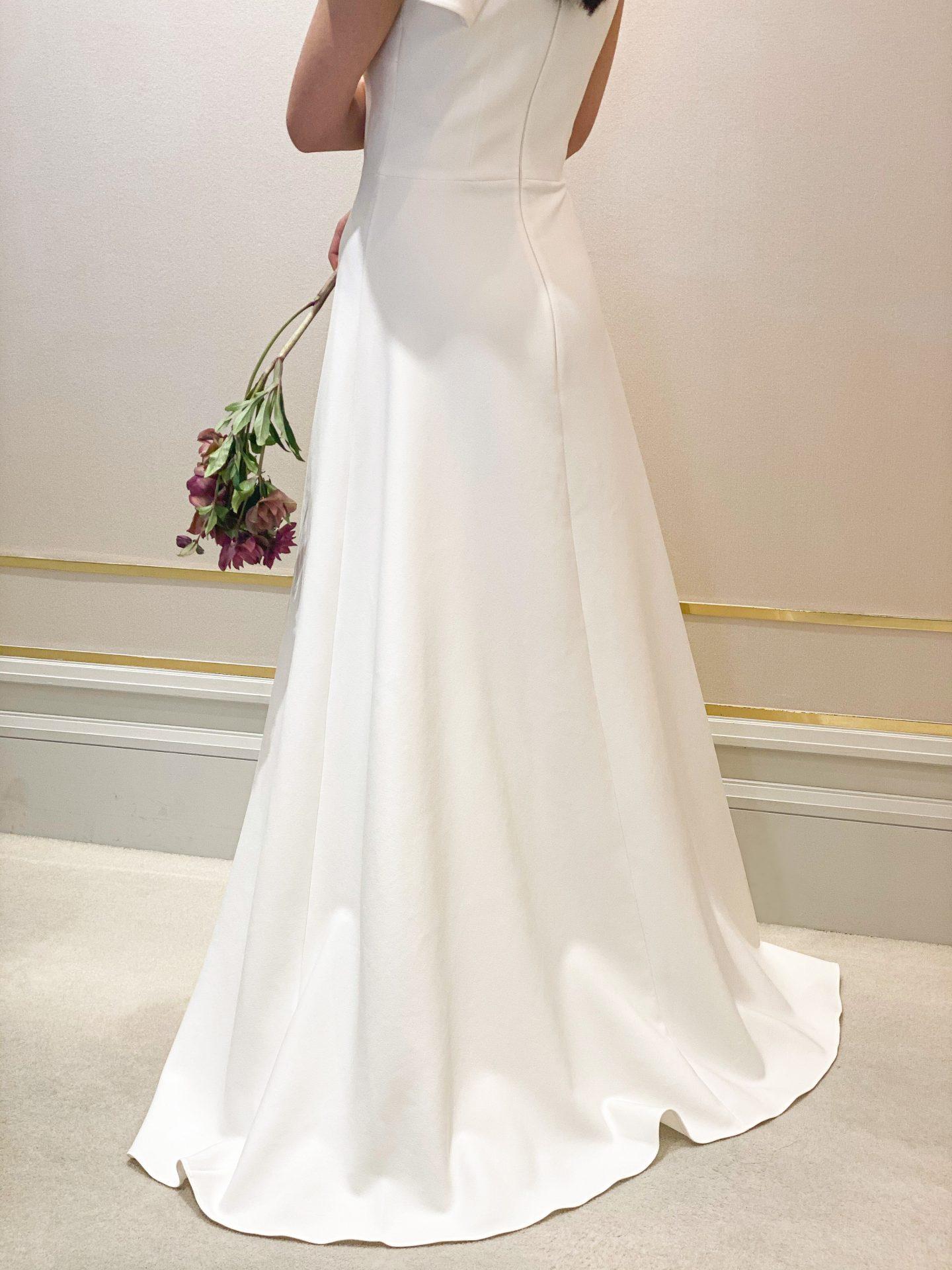 柔らかく滑らかなクレープ生地のウェディングドレスは美しいドレープを描き女性らしいシルエットを叶えてくれます