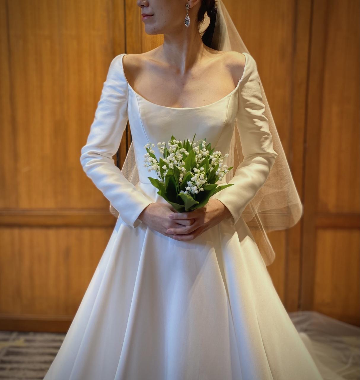 シルクサテンの光沢感が上品で大人な印象の、リームアクラのロングスリーブドレス