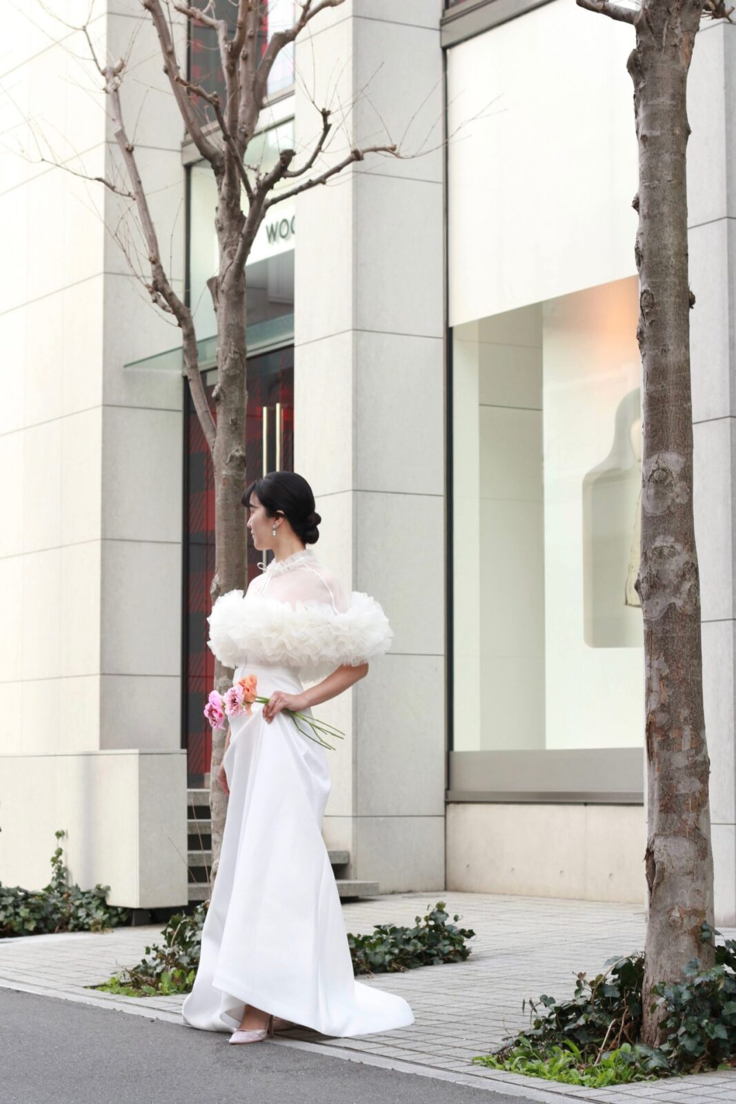 トモコイズミとトリートドレッシングがコラボレーションしたウェディングドレスやボレロを着用したロケーション撮影の様子。