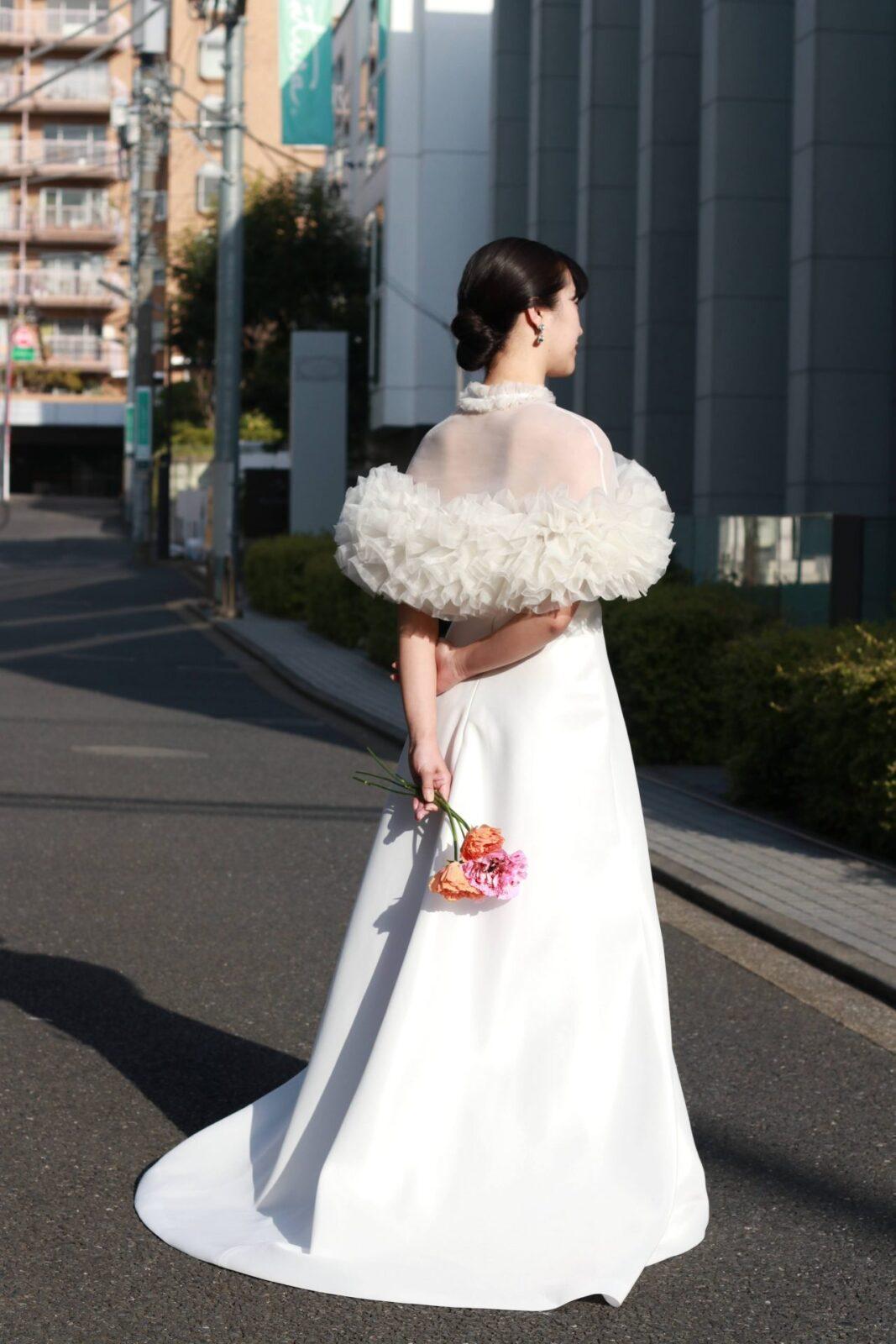 街中のロケーション撮影にも映えるトリートメゾンフォートモコイズミのボレロとウェディングドレス。
