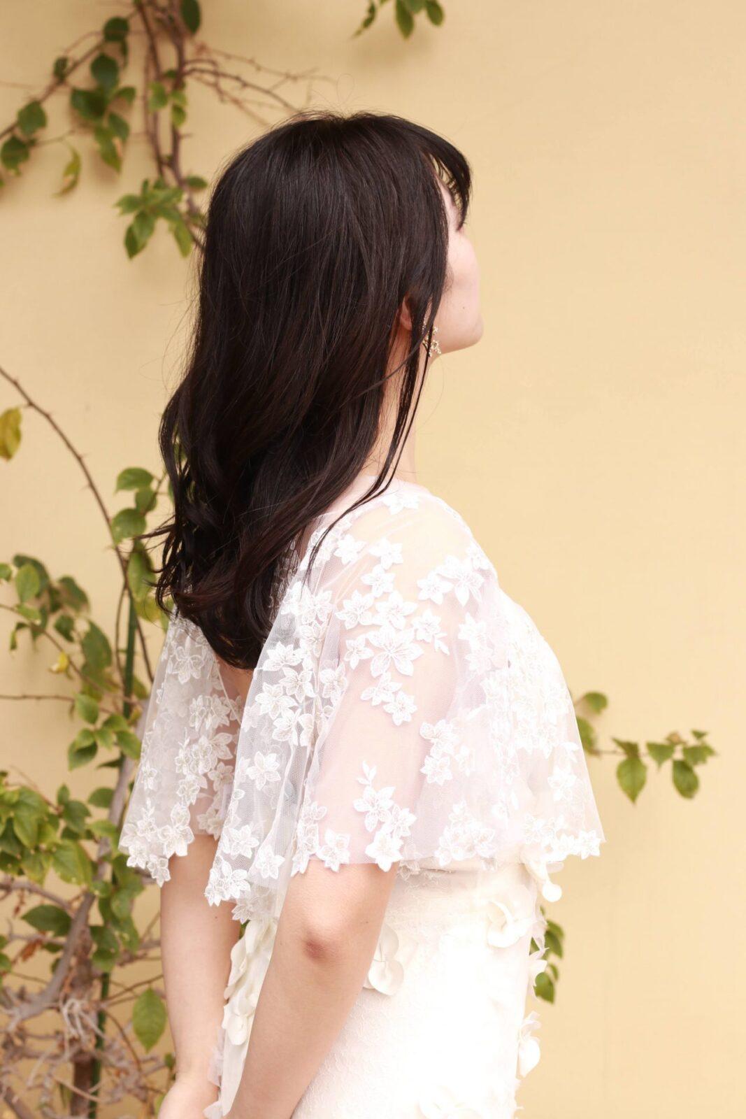 ケープのようなボレロと3Dフラワーモチーフがデザインされたウェディングドレスのコーディネートは、夏のレストランウェディングにもオススメです。
