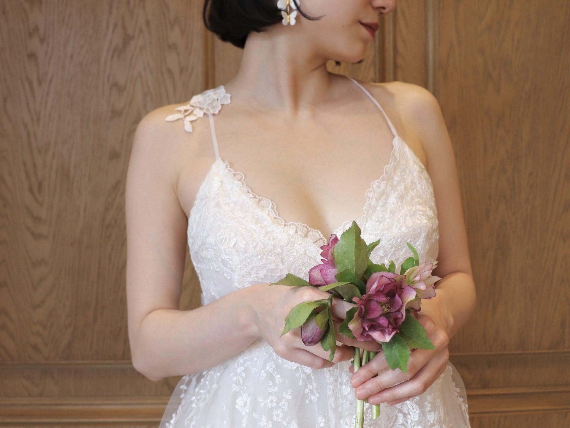 春や夏の結婚式におすすめの、キャミソールタイプのナチュラルなウェディングドレス