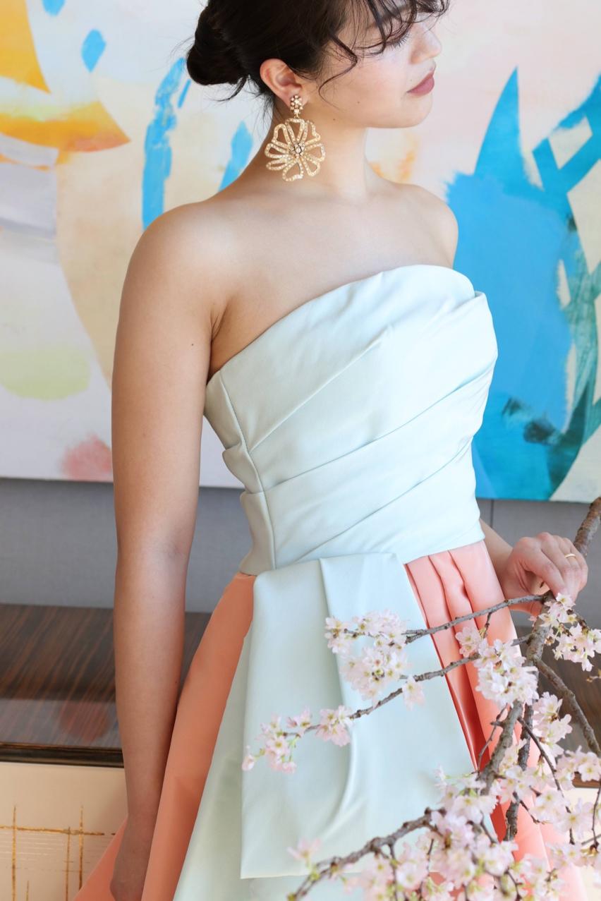 シンプル且つ洗練された雰囲気のカラードレスには、きらっと輝く大振りのイヤリングを合わせることで、上品さとお洒落さを合わせ持つパレス花嫁におすすめしたいコーディネートに仕上がります