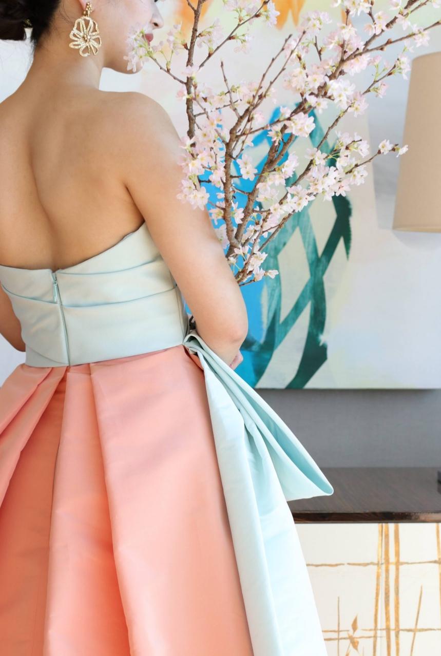 パレスホテル東京で結婚式を挙げられる花嫁様におすすめしたい新作カラードレスは、アメリカ発のドレスブランド、モニークルイリエの水色とピンク色のバイカラーが美しいドレスです
