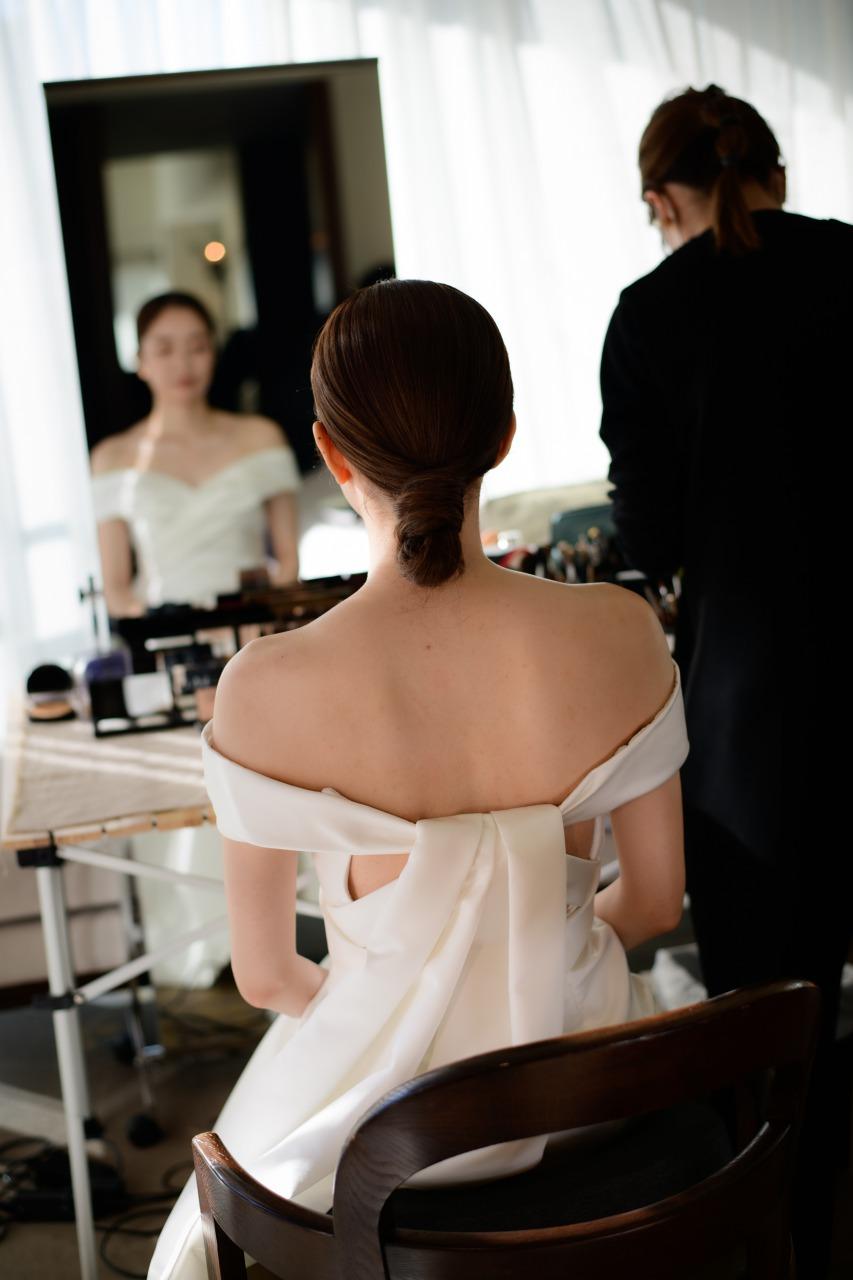 パレスホテル東京の提携ドレスショップトリートドレッシングで扱うバックスタイルが可愛いモニークルイリエのウェディングドレスを着ているご新婦様