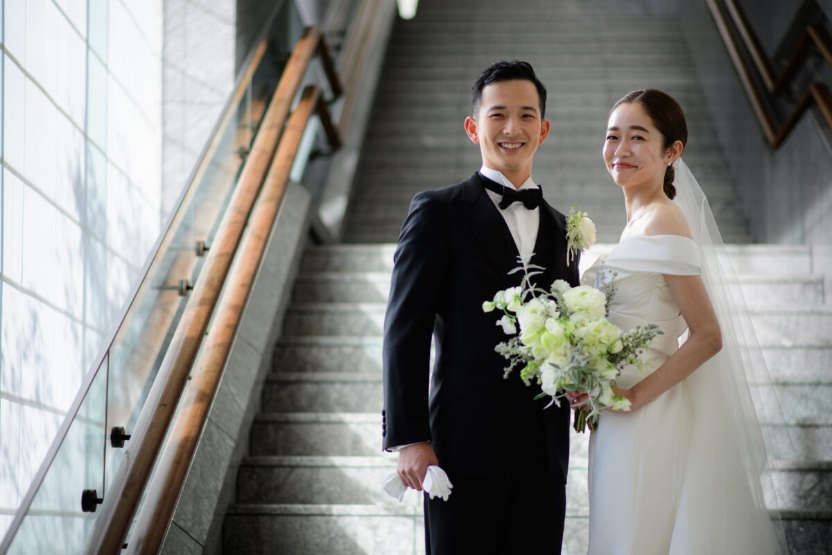 パレスホテル東京でオフショルダーが可愛いモニークルイリエのマーメイドラインのドレスとトリートジェントルマンのタキシードを着た新郎新婦様