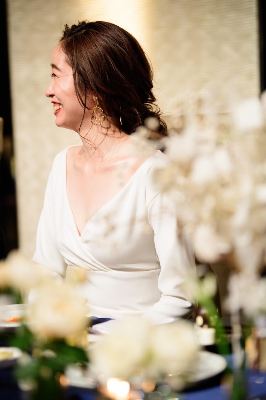 トリートアディション店の提携会場パレスホテル東京でアムサーラのVカットの胸元が美しいドレスを着こなしたご新婦様。