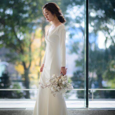 パレスホテル東京でこだわりの結婚式を叶えられたご新婦様のアムサーラのシンプルスレンダーラインのウェディングドレス