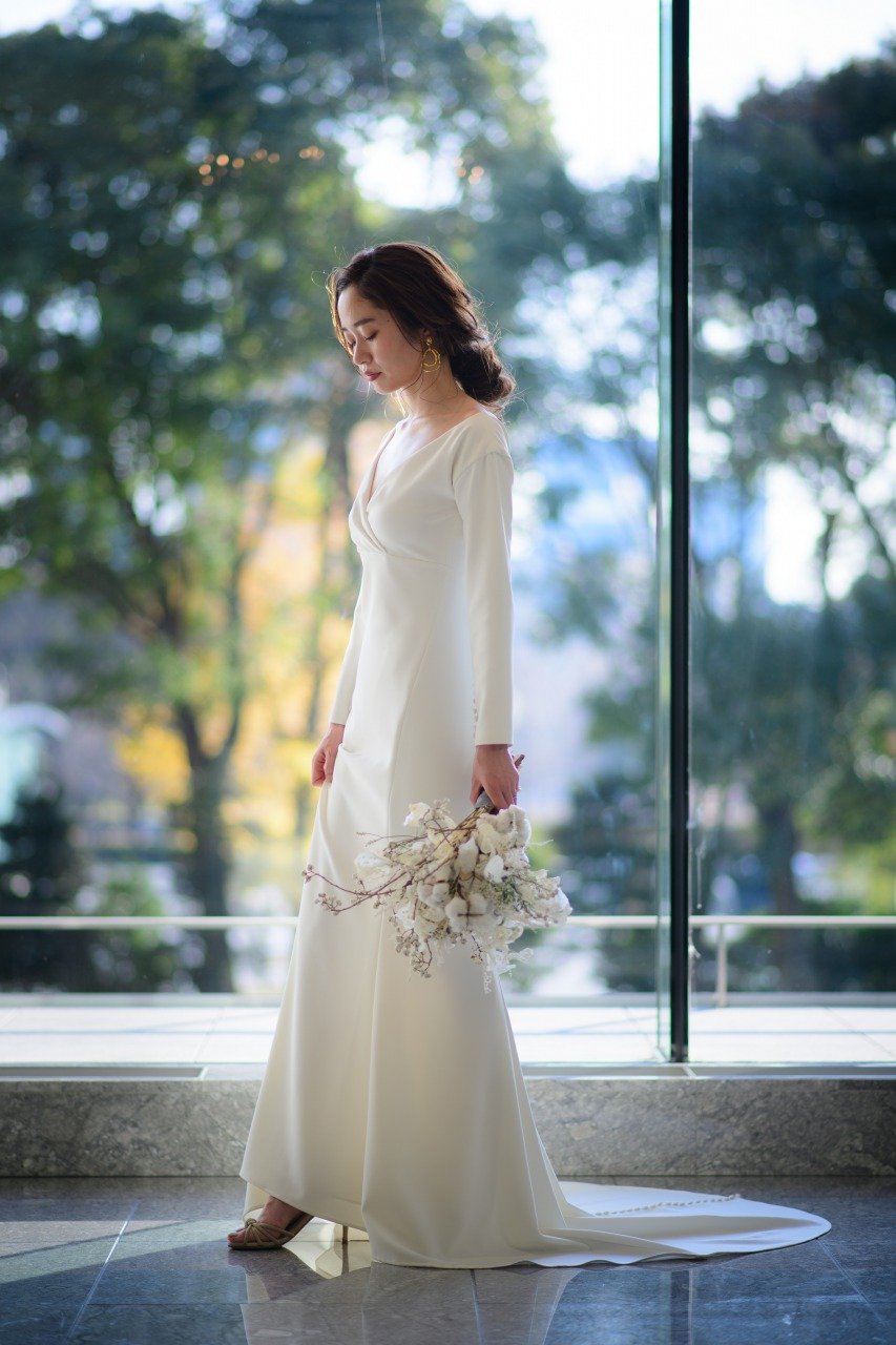 パレスホテルでシンプルモダンなアムサーラのスレンダーウェディングドレスを着たオシャレ冬婚花嫁様