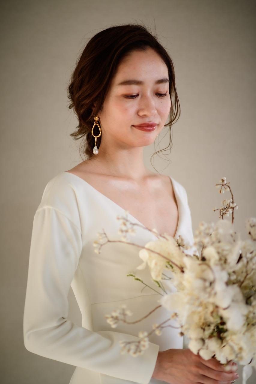 パレスホテルでモダンなアムサーラのウェディングドレスとオスカーデラレンタの人気のイヤリングをコーディネートしたオシャレな花嫁様
